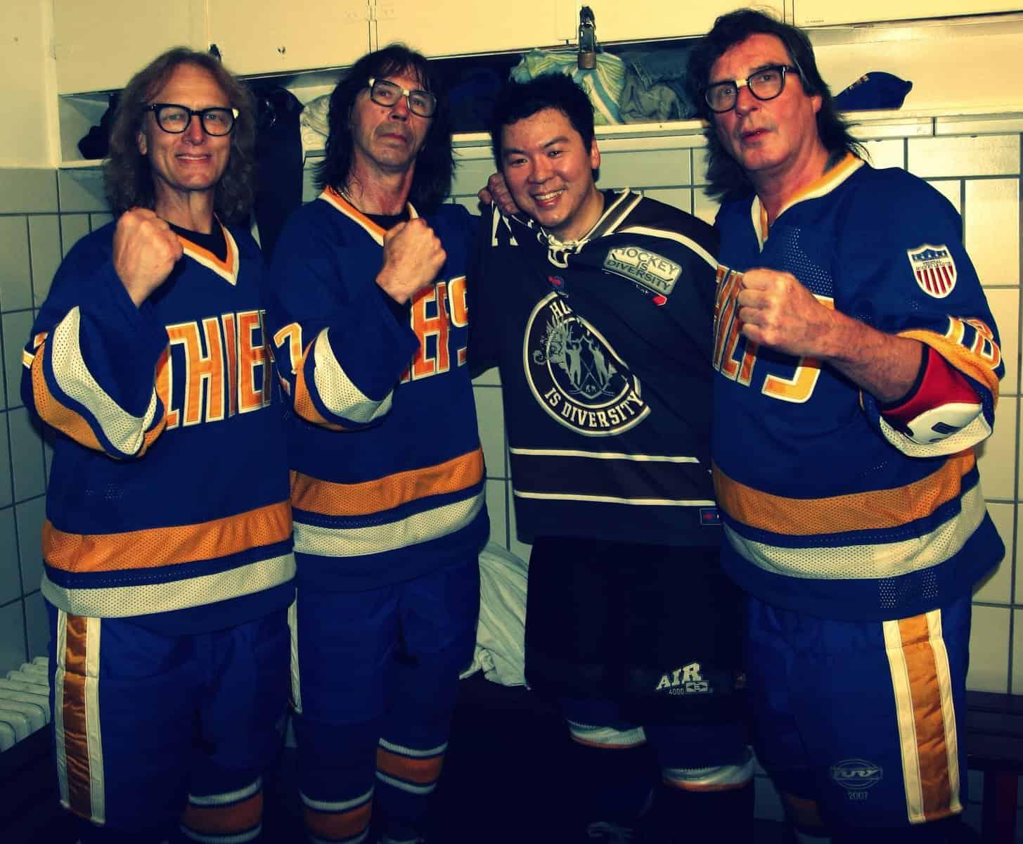 Hockey is Diversity Gründer Martin Hyun spielte mit den weltbekannten Eishockey Prügelbrüdern aus dem Kultfilm Slapshot, den Hanson Brothers.