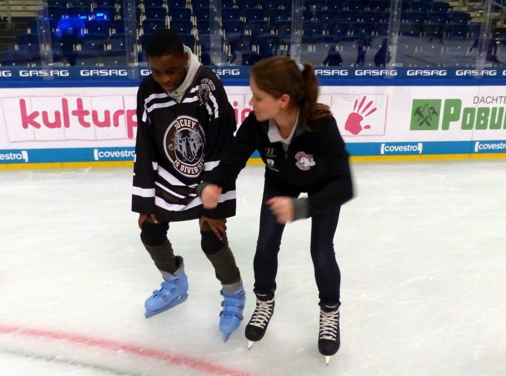 Fidel und Katie Ketzel beim Eislaufen lernen
