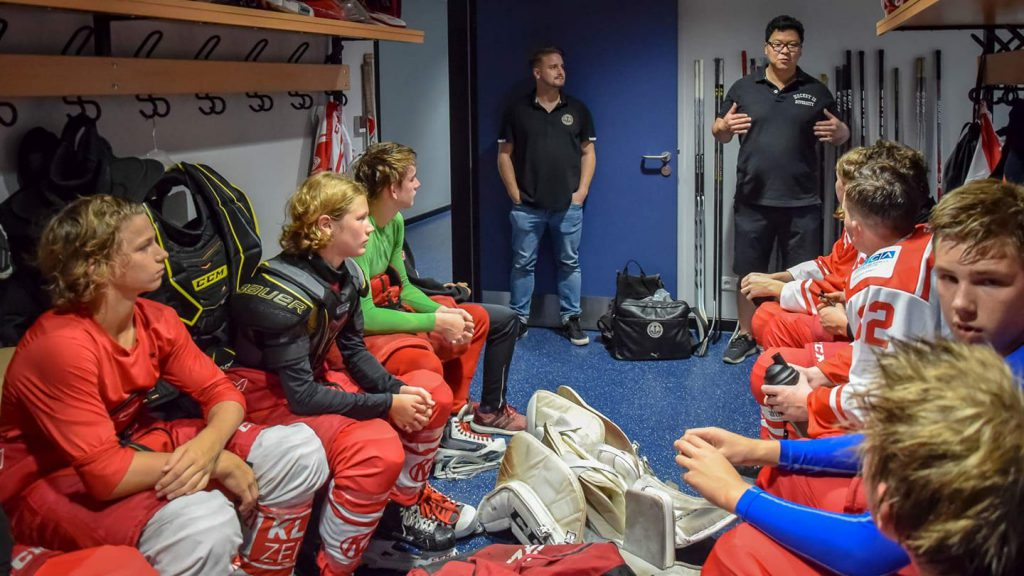 Hockey is Diversity Trophy - Peter Goldbach und Martin Hyun in der Kabine